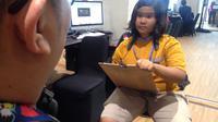 Remaja yang mahir menggambar sketsa wajah di Asian Para Games 2018, Temanku Lima Benua. (Bola.com/Benediktus Gerendo Pradigdo)