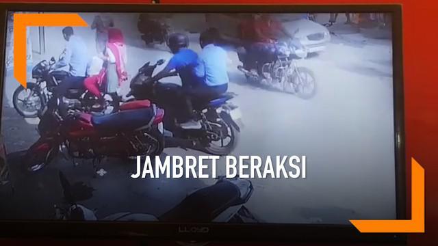 Aksi kejahatan dialami oleh seorang wanita pengendara motor di India. Tas miliknya yang berisi emas dirampas oleh jambret.