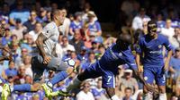 Aksi Sandro Ramirez (kiri) saat melawan Chelsea (AP Photo/Alastair Grant)