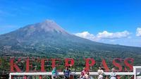 Bagi pengunjung Ketep Pass yang tak berminat terhadap pengetahuan tentang Merapi, tetap akan diberi bonus keindahan oleh gunung Merapi. (foto: Liputan6.com / edhie prayitno ige)