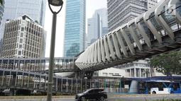 Kendaraan melintas di bawah Jembatan Penyeberangan Orang (JPO) di kawasan Jenderal Sudirman, Jakarta, Minggu (1/9/2019). Pemprov DKI berencana membangun 15 JPO dengan bentuk lebih modern atau instagramable di sejumlah titik yang akan dilakukan pada 2020. (Liputan6.com/Immanuel Antonius)