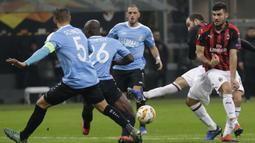 Striker AC Milan, Gonzalo Higuain, melepaskan tendangan ke gawang F91 Dudelange pada laga Liga Europa di Stadion San Siro, Kamis (29/11). AC Milan menang 5-2 atas F91 Dudelange. (AP/Luca Bruno)