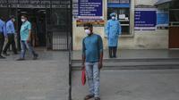 Seorang pria India yang mengenakan masker menunggu untuk memasuki rumah sakit pemerintah di Jammu, Selasa (4/5/2021).  India pada Selasa (4/5) mengonfirmasi lebih dari 20 juta infeksi virus corona, setelah mencatat 357.229 kasus baru selama 24 jam terakhir. (AP Photo/Channi Anand)