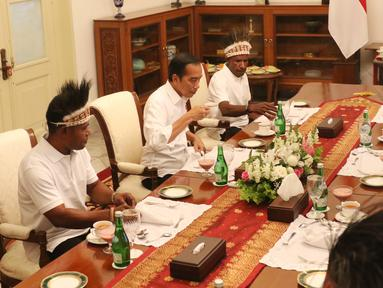 Presiden Joko Widodo (Jokowi) makan siang bersama pemenang lomba festival Gapura Cinta Negeri di Istana Merdeka, Jakarta, Selasa (3/9/2019). Pemenang lomba yang diundang makan siang bersama Jokowi, yakni warga yang berasal dari Kabupaten Yapen dan Kabupaten Nduga. (Liputan6.com/Angga Yuniar)
