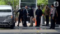 Wali Kota Medan Dzulmi Eldin (kedua kiri) turun dari mobil setibanya di gedung KPK, Jakarta, Rabu (16/10/2019). Dzulmi Eldin terjaring Operasi Tangkap Tangan (OTT) KPK terkait dugaan suap dari dinas-dinas di lingkungan Pemerintah Kota Medan. (merdeka.com/Imam Buhori)