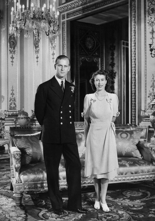 Putri Elizabeth (calon Ratu Elizabeth II) dan tunangannya Philip Mountbatten (calon Duke of Edinburgh) berpose di Istana Buckingham di London saat hari pertunangan mereka secara resmi diumumkan pada 9 Juli 1947. (AFP)