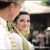 Senyum Raisa dan Hamish Daud usai resmi menikah. (David Salim/Bridestory)