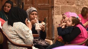 Pasangan pemandu acara dari Prancis ini memberanikan diri wisata kuliner ke Saida di Lebanon dan ikut makan hati kambing mentah dan otak sapi yang dipanggang.