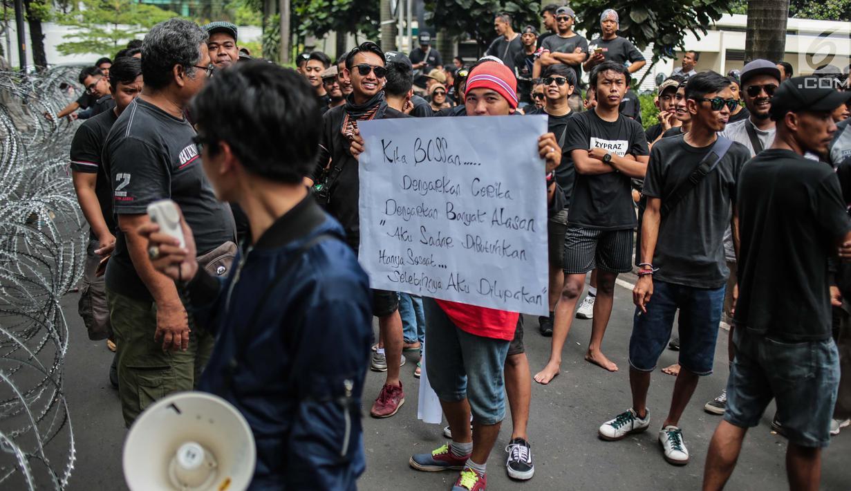 Pengemudi online individu yang tergabung dalam GERHANA (Gerakan HAntam aplikasi Nakal) menggelar aksi di kantor pusat Grab, kawasan Kuningan, Jakarta, Senin (29/10). Dalam aksinya ini mereka mengusung sejumlah tuntutan. (Liputan6.com/Faizal Fanani)