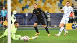Bek Barcelona, Sergino Dest, saat mencetak gol ke gawang Dynamo Kiev pada laga Liga Champions di Stadion NSK Olimpiyskiy, Rabu (25/11/2020) dini hari WIB. Barcelona menang 4-0 atas Dynamo Kiev. (AFP/Sergei Supinsky)