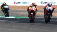 Persaingan pembalap Repsol Honda, Marc Marquez dan pembalap Ducati, Andrea Dovizioso pada MotoGP Thailand 2018. (LILLIAN SUWANRUMPHA / AFP)