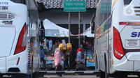 Calon penumpang saat ingin menaiki bus AKAP di Terminal Poris Plawad, Tangerang, Banten, Jumat (30/4/2021). Kemenhub akan menempelkan stiker khusus pada kendaraan bus yang masih diperbolehkan beroperasi selama masa larangan mudik Lebaran pada 6-17 Mei 2021. (Liputan6 com/Angga Yuniar)