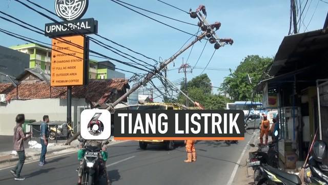 Tiang listrik yang berada di Jalan Raya Kebon Jeruk, Jakarta Barat roboh pada Senin (21/10/2019) siang. Akibatnya, pengguna jalan yang ingin melintas dari dan ke Kebon Jeruk harus mengantre.