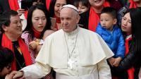 Paus Fransiskus menyapa umat Katolik Roma saat berkunjung ke China pada pertengahan September 2018 (AFP)