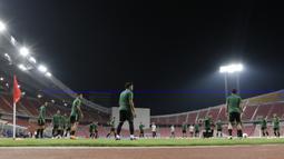 Suasana para pemain Timnas Indonesia saat latihan di Stadion Rajamangala, Bangkok, Jumat, (16/11). Latihan ini persiapan jelang laga Piala AFF 2018 melawan Thailand. (Bola.com/M. Iqbal Ichsan)