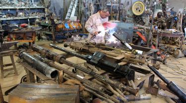 Seorang relawan memperbaiki senjata milik pasukan pemerintah Libya di sebuah bengkel di Misrata, Libya, 2 Mei 2019. Sejumlah relawan ikut membantu memperbaiki senjata pasukan pemerintah Libya yang diakui secara internasional. (REUTERS/Ayman al-Sahili)
