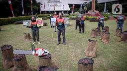 Sejumlah orang yang tergabung dalam Greenpeace menggelar aksi di Kementerian LHK, Jakarta, Kamis (8/4/2021). Mereka menentang rencanan perusakan Hutan Papua yang masih ada di dalam areal perkebunan yang belum dirusak bisa dikembalikan kepada masyarakat adat Papua. (Liputan6.com/Faizal Fanani)