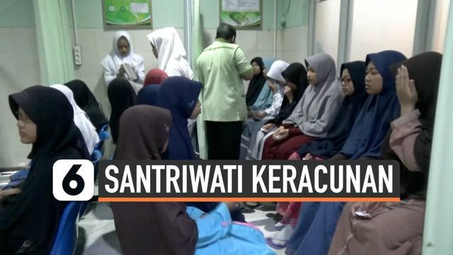 Ratusan santriwati di Ponorogo dilarikan ke rumah sakit setelah alami beberapa keluhan. Mereka diduga keracunan setelah makan ikan tongkol.