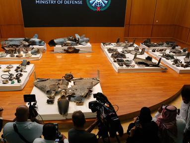 Puing-puing rudal dan drone yang digunakan dalam serangan kilang minyak Aramco ditunjukkan dalam konferensi pers di Riyadh, Arab Saudi, Rabu (18/9/2019). Kementerian Pertahanan Arab Saudi mengatakan 18 drone dan 7 rudal diluncurkan dari arah yang bukan berasal dari Yaman. (AP Photo/Amr Nabil)