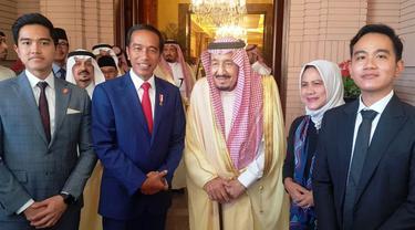 Presiden Joko Widodo atau Jokowi dan keluarga berfoto bersama Raja Salman bin Abdulaziz