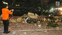 Warga mengabadikan kendaraan bermotor yang tertimbun reruntuhan bangunan parkir bertingkat akibat gempa diMal Galeria, Ngurah Rai, Bali, Minggu malam (5/8). Gempa di Lombok Utara, NTB mengakibatkan bangunan parkir rusak. (Liputan6.com/Johan Tallo)