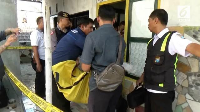 Seorang sopir taksi online tewas dikeroyok setelah berebut wanita dengan pria lain. Mayat korban ditemukan di kosannya sendiri.