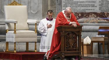 Paus Fransiskus saat memimpin Misa Minggu Palma di St. Peter's Basilica, Vatikan, Minggu (5/4/2020). Misa pembuka pekan suci jelang Hari Raya Paskah tersebut digelar tanpa jemaat untuk menghindari penyebaran virus corona COVID-19. (AP Photo/pool/Alberto Pizzoli)