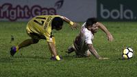 Gelandang PSM Makassar, Marc Klok, dijatuhkan gelandang Bhayangkara FC, Alsan Sanda, pada laga Liga 1 di Stadion PTIK, Jakarta, Senin (3/12). Kedua klub bermain imbang 0-0. (Bola.com/Yoppy Renato)