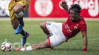 Bek Persija, Gunawan Dwi Cahyo, menekel stiker Mitra Kukar, Marclei Cesar, pada laga Liga 1 2017 di Stadion Patriot, Bekasi, Minggu (15/5/2017). Kedua tim bermain imbang 1-1. (Bola.com/Vitalis Yogi Trisna)