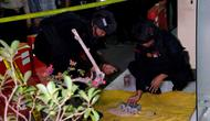 Tim Jihandak saat mengamankan benda yang diduga bom di Mapolresta Cirebon. (Liputan6.com/Panji Prayitno)