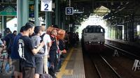 Kereta api Argo Muria memasuki jalur 3 Stasiun Gambir, Jakarta, Selasa (28/6). Memasuki H-8 Idul Fitri, warga mengaku sengaja mudik Lebaran lebih awal guna memanfaatkan libur panjang sekolah. (Liputan6.com/Faizal Fanani)