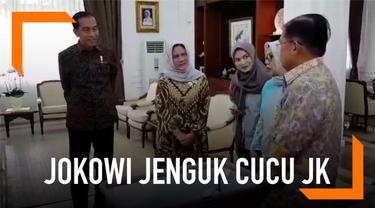 Presiden Joko Widodo menjenguk cucu ke-15 Wapres Jusuf Kalla yang baru saja lahir. Jokowi didampingi Ibu Negara saat melakukan kunjungan.