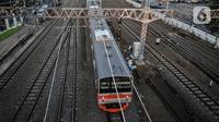 KRL melintas di Stasiun Jatinegara, Jakarta, Selasa (27/7/2021). VP Corporate Secretary KAI Commuter Anne Purba mengungkapkan jumlah penumpang KRL mengalami peningkatan hingga 25 persen sejak penerapan PPKM Level 4. (merdeka.com/Iqbal S. Nugroho)