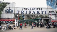 Suasana di sekitar gerbang pintu masuk Universitas Trisakti, Grogol, Jakarta, Rabu (24/8). Konflik yayasan dan otorita Trisakti berujung kegiatan perkuliahaan di kampus diliburkan hari ini. (Liputan6.com/Faizal Fanani)