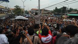 Pantauan Liputan6.com dilapangan, Jokowi beserta rombongan tiba di Pasar Kajen sekitar pukul 16.45 WIB. Massa yang telah berkerumun membuat rombongan terhadang, Pekalongan, Kamis (19/6/2014) (Liputan6.com/Herman Zakharia)