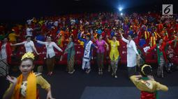 Suasana saat penari dengan baju kebaya menari ondel-ondel di Auditorium CGV Cinemas, Grand Indonesia, Jakarta, Sabtu (21/4). Acara ini juga sebagai  bentuk kekuatan bangsa Indonesia. (Merdeka.com/Imam Buhori)