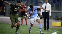 Penyerang Lazio, Jony Rodriguez, berebut bola dengan gelandang Cagliari, Paolo Farago, pada laga lanjutan Serie A pekan ke-35 di Stadio Olimpico, Jumat (24/7/2020) dini hari WIB. Lazio menang 2-1 atas Cagliari.(AFP/Filippo Monteforte)