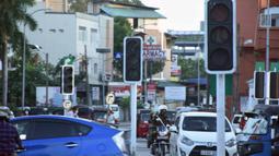 Lampu lalu lintas tampak mati di tengah pemadaman listrik di Kolombo, Sri Lanka (17/8/2020). Akibat pemadaman listrik tersebut kegiatan bisnis dan kehidupan sehari-hari terpaksa terhenti. (Xinhua/A. Hapuarachchi)