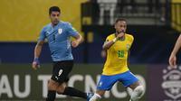 Pemain Brasil Neymar menggiring bola melewati pemain Uruguay Luis Suarez dalam pertandingan kualifikasi Piala Dunia 2022 Qatar di Arena da Amazonia, Manaus, Brasil, Jumat, 15 Oktober 2021. Brasil menang 4-1. (AP Photo/Andre Penner)
