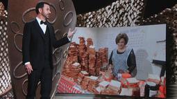 Host Jimmy Kimmel menyaksikan video saat ibunya, Joann Iacono, membuat 7.000 sandwich selai isi kacang untuk dibagikan kepada para hadirin selama penghargaan Emmy Awards 2016, di Los Angeles, Minggu (18/9). (Kevin Winter/Getty Images NORTH AMERICA/AFP)