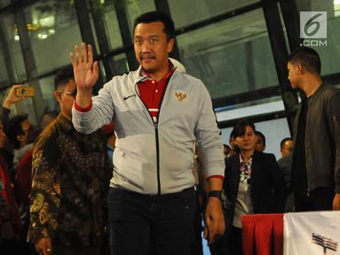 Menpora Imam Nahrawimenyapa wartawan di Bandara Soekarno Hatta, Tangerang, Rabu (27/2).Timnas Indonesia U-22 tiba di tanah airdengan sambutan meriah usai menjuarai Piala AFF U-22 2019 di Kamboja. (Liputan6.com/Herman Zakharia)