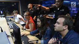 Sejumlah mahasiswa Virginia University saat menjadi editor di studio Indosiar di Daan mogot, Jakarta, Rabu (29/5/2019). Kunjungan mahasiswa Virginia University ke Indosiar tersebut untuk melihat bagaimana cara produksi sebuah program televisi dibuat. (Liputan6.com/Angga Yuniar)