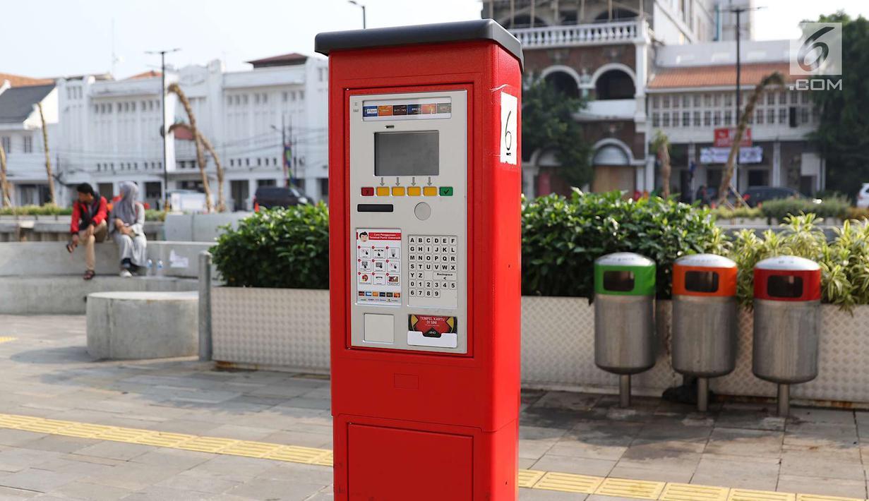 Mesin parkir meter terlihat di kawasan Kota Tua, Jakarta, Rabu (18/7). 13 Terminal Parkir Elektronik (TPE) atau mesin parkir meter dipasang di kawasan tersebut guna mengantisipasi membludaknya kendaraan yang parkir. (Liputan6.com/Immanuel Antonius)