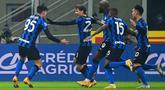 Gelandang Inter Milan, Nicolo Barella (kedua kiri) melakukan selebrasi bersama rekan-rekannya setelah mencetak gol ke gawang Juventus menit ke-52 pada pertandingan lanjutan Liga Serie A Italia di stadion San Siro di Milan, Senin (18/1/2021). Inter menang atas Juventus 2-0. (AFP/Miguel Medina)