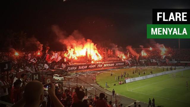 Berita video momen flare menyala di tribune utara Stadion Kapten I Wayan Dipta, Gianyar, yang mengganggu jalannya laga Gojek Liga 1 2018 bersama Bukalapak antara Bali United melawan Persija Jakarta, Minggu (2/12/2018).
