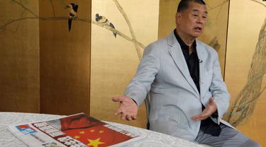 Taipan media Hong Kong Jimmy Lai menunjukkan koran Apple Daily, di Hong Kong, 1 Juli 2020. (AP)