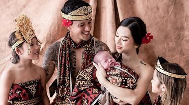 Gaya Pemotretan Keluarga Irfan Bachdim Pakai Kain Nusantara, Tampil Kompak