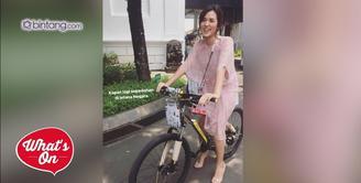 Raisa mendapat hadiah sepeda dari Presiden Jokowi di Hari Musik Nasional, Kamis (9/3/2017).