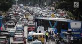 Kendaraan terjebak kemacetan di kawasan Medan Merdeka Timur, Jakarta, Kamis (21/2). Kemacetan terjadi akibat pengalihan arus lalu lintas terkait Malam Munajat 212 di Monas. (Liputan6.com/Faizal Fanani)