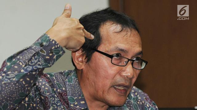 Wakil Ketua KPK Saut Situmorang memberi keterangan perkembangan kasus Bupati Malang Rendra Kresna di Gedung KPK, Jakarta, Kamis (11/10). KPK menetapkan Rendra sebagai tersangka dugaan suap dan penerimaan gratifikasi. (Merdeka.com/Dwi Narwoko)